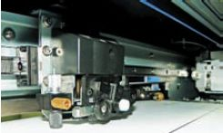 Режущая головка прикреплена к печатающей электромагнитом. Когда дело доходит до резки, по команде принтера они расцепляются и печатающая головка остается в запаркованном состоянии, что предохраняет её от возможных повреждений