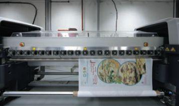 На фабрике Obeikan на принтере HP Designjet L65500 (сейчас LX600) чернилами Latex печатают на ПП-носителе