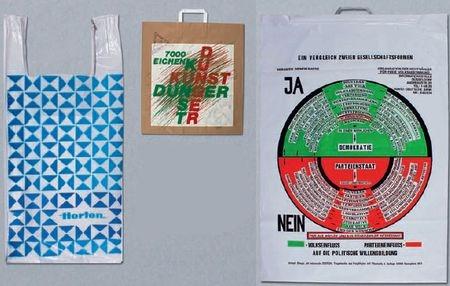 Политично и практично: немецкий художник ДжозефБойс (умерший в 1996г.) использовал пакеты для политической рекламы, а пакеты-майки (слева) сбоковыми ручками впервые появились в универмагах Horten