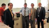 Президент Screen Акира Ишида и вице-президент по бизнес-стратегиям Юкиёши Танака во время посещения типографии