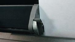 Удобная мелочь: на ограничителе формата для бумаги, который есть у всех принтеров, имеется подпружиненный стопор, не позволяющий ограничителю самопроизвольно сдвигаться
