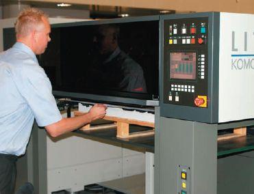 Пульт на приёмке перенесли так, чтобы было удобнее оператору — можно одновременно наблюдать за оттисками и управлять приёмкой