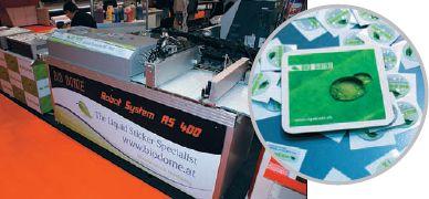 Bio Dome (Биокупол) показала машину Robot System AS-400 (около 40 000 евро). Она наносит цифровым способом специальную смолу на предметы любой формы и фактуры поверхности, причём капли получаются очень внушительной толщины, несколько миллиметров. Потом — УФ-отверждение…