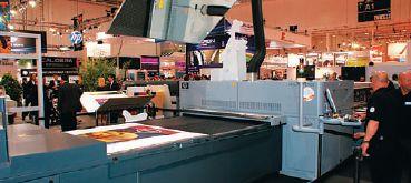 Зрители вокруг и операторы HP Scitex FB7500 наблюдали за результатами печати в огромное зеркало. Установлено ли подобное в Gardens, купившей уже три аппарата, неизвестно. Зато один из реализованных там проектов заключался в печати 3000 плакатов с переменными изображениями