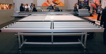 У создателей SwissQprint Impala свои представления о том, как должен выглядеть планшетный УФ-принтер. Размер ложа печати 2,5в4 м, конвейерной ленты нет