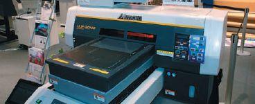 Для сверхпопулярного Mimaki UJF-3042 разработаны гибкие чернила LF-200 (растягиваются до 200%) и прозрачные. С помощью LF-200 можно печатать гибкие мембраны для пультов (на снимке справа). Аппарат настолько успешен, что в этом году компания стала мировым лидером продаж УФ-принтеров в штуках