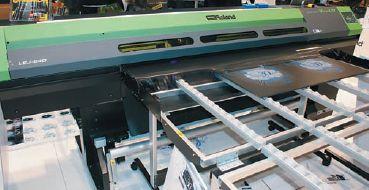За короткое время линейка УФ-принтеров Roland расширена до 5-ти моделей, включая малоформатную (31в28 см). Во всех используются не УФ-лампы, а светодиоды