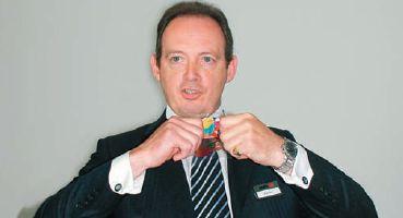Вице-президент Agfa по направлению струйной печати Ричард Бархам демонстрирует стойкость новых белых гибких чернил