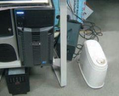 Контроллер печати Xerox FreeFlow Print Server. Справа — бытовой увлажнитель, который используется для поддержания необходимой влажности в помещении. Сприходом отопительного сезона в дело вступит промышленная система увлажнения