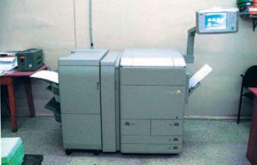 Слева — финишёр, справа вверху — сенсорный пульт оператора, контроллер печати не виден — он прикреплён к печатному модулю сзади