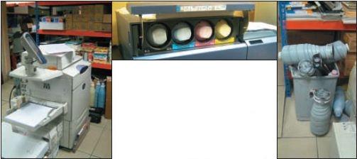 Большие картриджи для новой ЦПМ, которые видно на стеллажах за печатной машиной другой марки, вмещают около 1,4 кг тонера. Заменять их можно без остановки печати. Однако ещё больше тонера (около 2,5 кг) вмещают картриджи для одноцветной Konica Minolta bizhub Pro 1051. Типография, как и положено, сдаёт их на утилизацию, хотя за это приходится платить