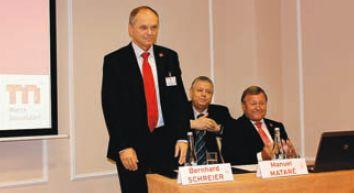 М. Матаре (справа) представил нового президента Drupa-2012 и председателя правления Heidelberg Druckmaschinen Бернхарда Шрайера