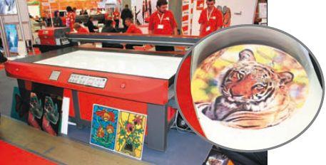 Первый показ планшетного УФ-принтера Victor KJ2512-12 (100 900 долл.) на стенде