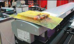 На УФ-принтере Mimaki UJV-160 можно запечатывать пластик для последующей формовки гибкими УФ-чернилами