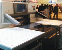 Если резак Polar покупается с опцией расширенных боковых столов, поверхность уних не металлическая, а пластиковая: этообеспечивает оптимальное скольжение без чрезмерного удорожания устройства