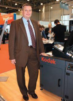 На выставке состоялась российская премьера Prosper — пока в виде системы впечатывания Prosper S5, на фоне которой сфотографировался Эрик Оуэн