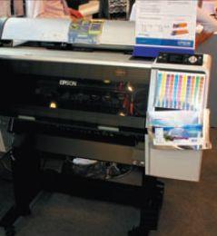 Особняком стоит единственный пока принтер на водных чернилах с белым цветом — Epson WT7900. На выставке демонстрировались отпечатки на прозрачных и металлизированных плёнках. Весьма привлекательное решение в качестве доступной цифровой цветопробы для флексотипографий