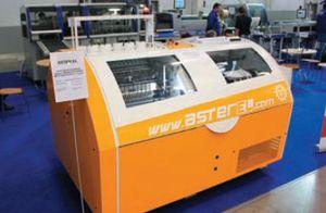 Ниткошвейный автомат Aster EL от Meccanotecnica (Италия) предназначен для высококачественного шитья книжных блоков из тетрадей различной бумаги и плотности с макс. скоростью 150 цикл./мин. Во время выставки он сшивал 14-тетрадные блоки из офсетно-мелованной и газетной бумаги
