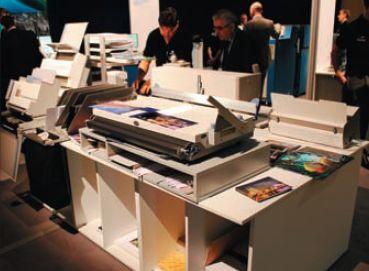 У Konica Minolta есть что предложить клиентам для развития бизнеса фотокниг не только в части печати — на выставке показывали мини-цех на одном столе для выпуска их разных вариантов. Рядом — станция со специализированным