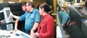 Алексей Брызгалов, инструктор по печатному оборудованию, главный технолог типографии и печатник обсуждают настройку машины. Участие печатника в регулировке — обязательное условие