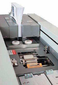В таблице для Duplo DB-280 указано, что клей наносится одним роликом, но в клеевом аппарате, как видно на фото, есть и второй: своим вращением он обеспечивает перемешивание клея в клеевой ванне, что способствует однородности клея