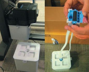 Струйные принтеры нуждаются в ёмкости, куда сливаются отработанные чернила. ВL26500 для этого есть сменный пластиковый контейнер (отдельно показан слева внизу). Вместе с ним заменяются шланги и специальное устройство для очистки головки от высыхающих латексных чернил