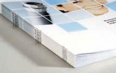 Имеющая U-образную форму скрепка с петелькой позволяет удобно хранить вместе многостраничные изделия. Для работы по такой технологии необходимы специальные головки для шитья. Правильно разместив вдоль корешка 2 или 4 скрепки, получим продукт, который можно подшить в папку для файлов. Фото: Muller Martini