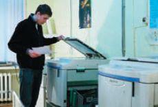 Два дупликатора марки Riso в типографии загружены печатью книг и брошюр, ещё несколько — изготовлением листовок, этикеток и т. п.