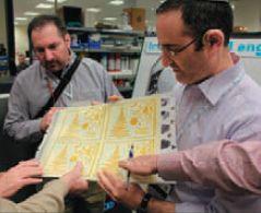 Представитель HP Indigo демонстрирует цифровую форму для тиснения. Все потрогали, поцокали языками — какой рельеф!