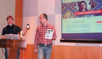 А. Козьяков (слева) и О. Сидоренко демонстрируют возможности инструментария Adobe по отображению одного и того же содержания на разных платформах: смартфоне, планшете и настольном компьютере
