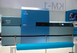В KM-1 используются собственные печатающие головки и УФ-чернила Konica Minolta