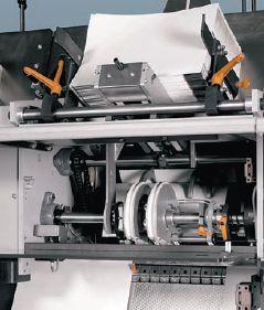 У Hohner HSB 10000 могут быть самонаклады и с горизонтальным, и с вертикальным (на фото) положением тетрадей. Вертикальные устройства работают со стопой тетрадей до 25 см