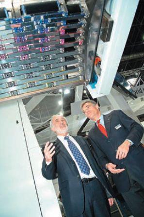 Изобретатель нанографии Бенни Ланда и президент KBA Клаус Больца-Шюнеманн на фоне массива печатающих головок KBA RotaJET 76