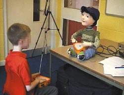 Kaspar выполняет базовые действия человека, улыбаясь ижестикулируя, которые привлекают детей, страдающих аутизмом, своей простотой ипредсказуемостью