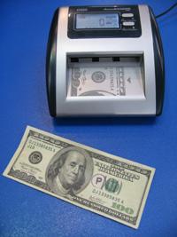 Сканер купюр AccuBanker D500 может быть адаптирован к работе с разными валютами
