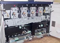 DocuColor 8000AP внутри. Вверху — 4 станции нанесения тонера; ниже— промежуточный ремень для сборки изображения; ещё ниже— механизм транспортировки бумаги