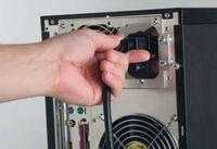 Прежде чем прикоснуться к любому из внутренних компонентов ПК, обесточьте компьютер, отключив его от внешнего источника питания. Для этого отсоедините от блока питания подведенный к нему электрический шнур