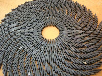 На создание первой композиции ушло несколько сотен телефонов-раскладушек; они были разложены на полу на боку в раскрытом виде и, касаясь друг друга, образовывали гигантскую спираль