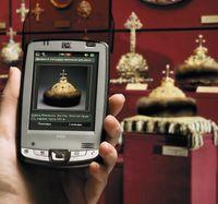 Вотличие от аудиогида— устройства саудиофайлами, давно ставшего привычным как вКремле, так ив других музеях России изарубежья, которое является носителем информации, электронные гиды не содержат контента, ачерпают его из единой базы данных. Это дает возможность быстро обновлять информацию, создавать различные тематические экскурсии
