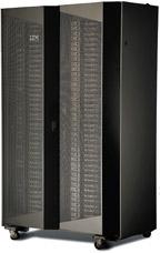 Объединив две стойки, инженеры IBM создали широкий шкафной конструктив, вкотором размещается 84 сервера iDataPlex. Между серверами установлены три подвижных блока розеток, связанных скабелями питания, вто время как вдвух отдельных стойках обычно располагаются четыре таких блока. Увеличение площади задней поверхности сдвоенной стойки позволило разместить там дополнительный теплообменник сводяным охлаждением