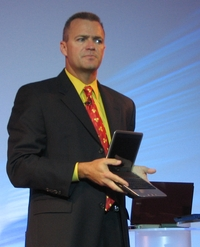 Старший вице-президент Джефф Кларк демонстрирует новейшую модель нетбука Inspiron Mini 9
