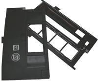 В комплекте два держателя для плёнок. Один для двух отрезков 35-мм плёнки длиной по 6 кадров или 4 слайда в рамках. Второй — для плёнок среднего формата 6в12 см