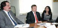Г. Финкбайнер (в центре) подчеркнул, что смена партнёра manroland на Украине — следствие отличных результатов сотрудничества с HGS в России. Слева — В. Семёнов, справа — Н. Хараджиева