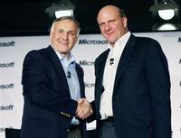 Соглашение о стратегическом партнерстве, подписанное в 2006 году, между двумя традиционно враждовавшими компаниями стало возможным после прихода к руководству Novell нового генерального директора Рона Ховсепяна (слева)