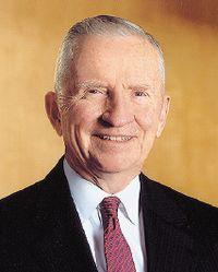 Росс Перо, создавший Perot Systems, в свое время основал и Electronic Data Systems — первую компанию, выбравшую своей специализацией оказание профессиональных ИТ-услуг, сначала проданную General Motors, затем вновь ставшую самостоятельной и, наконец, вошедшую в состав HP