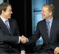 Глава Cisco Джон Чемберс (справа) приглашает генерального директора Tandberg Фредрика Халворсена ксовместной работе