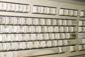 Клавиатуру нужно чистить часто. Вто же время, вы всегда можете самостоятельно протереть свой телефон или монитор. На них нет такой грязи, как на клавиатурах, учитывая, что зачастую люди едят прямо над ней