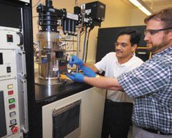 Инженеры-механики Университета им. Дж. Пэрдью Тимоти Фишер (справа) иСуреш Гаримелла демонстрируют кремниевую основу свыполненными на ней экспериментальными генераторами «ионного ветра», который будет охлаждать кристаллы микросхем. Показанное на фото оборудование плазмохимического осаждения из газовой фазы позволяет изготавливать ионные генераторы, достаточно надежные для широкого применения вкоммерческих продуктах