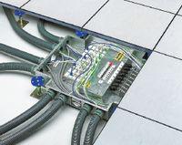 Рисунок 9. Система Spider от MK Electric обеспечивает быстрое изменение конфигурации рабочих мест, подавая к ним необходимые сервисы, в том числе электропитание. Она включает в себя распределительные коробки, соединители для силовой проводки, лючки, пластиковые гофротрубы.