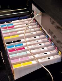 Объём чернил в полностью заправленном принтере превышает 5 л — хватит на сотню-другую м кв. печати